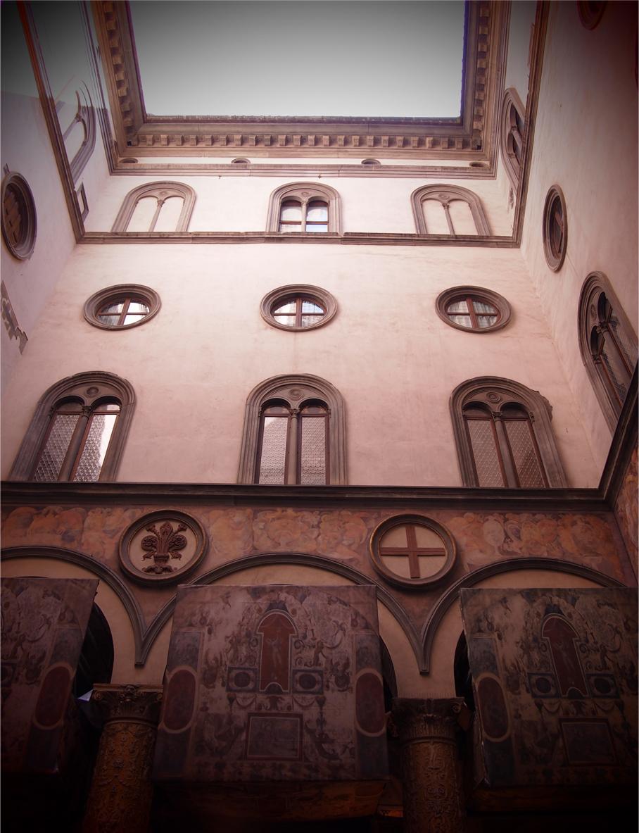 フィレンツェの住宅を下から望む