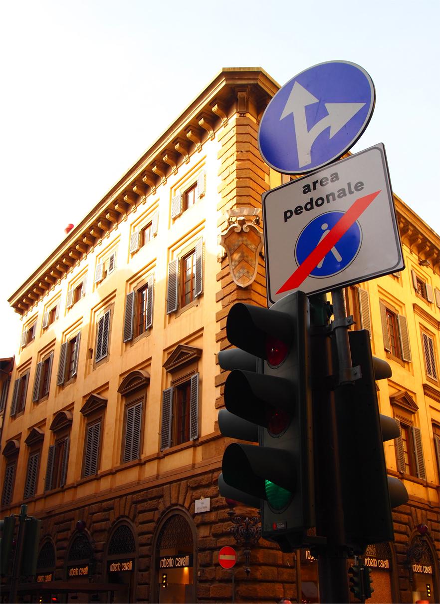 標識と信号もシャレて見える